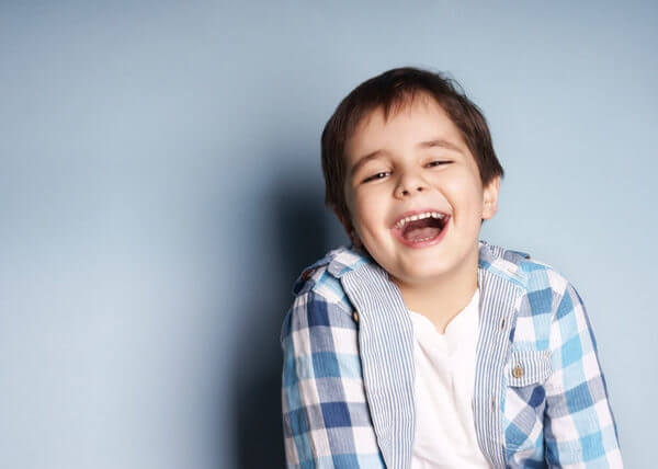 A mi hijo le sale un diente atrás de otro – Solución en Sabadell para esta doble fila